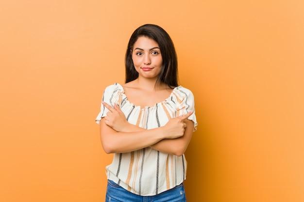 Jonge vrouw wijst zijwaarts