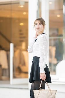 Jonge vrouw winkelen in shibuya (tokyo, japan)