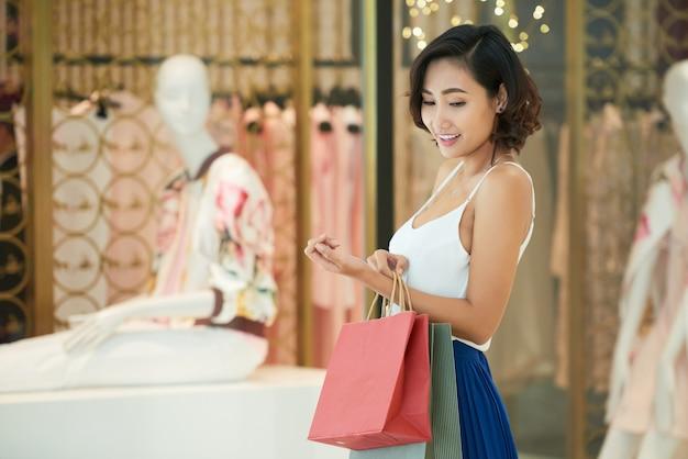 Jonge vrouw winkelen