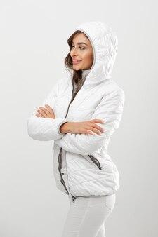 Jonge vrouw winterkleren dragen