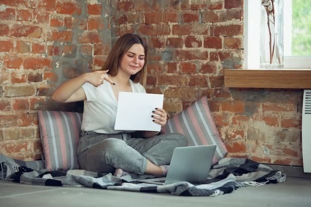 Jonge vrouw, zakenvrouw op zoek naar werk thuis,