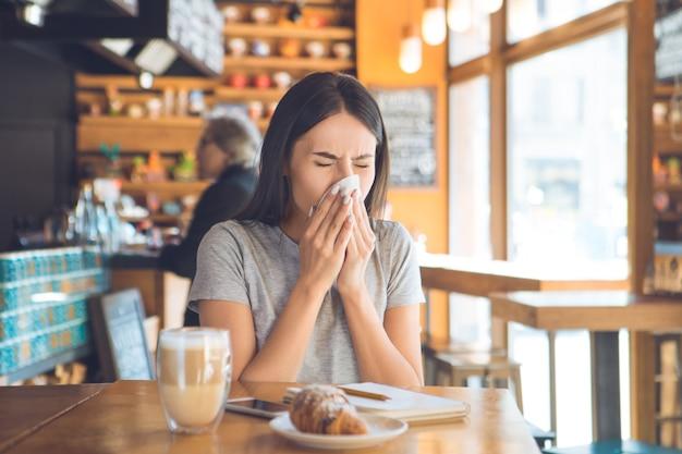 Jonge vrouw zitten in een coffeeshop vrije tijd
