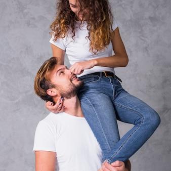 Jonge vrouw zittend op man schouder