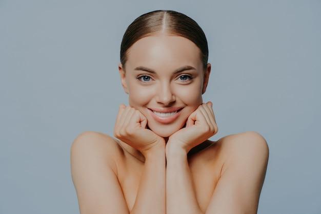 Jonge vrouw zorgt voor de gezondheid van huid en lichaam