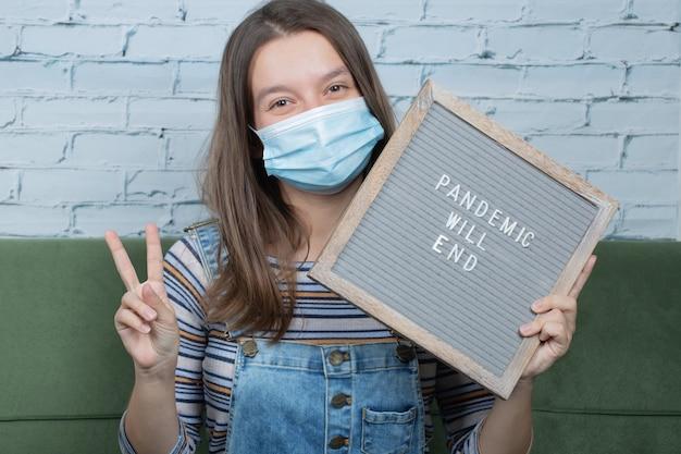 Jonge vrouwelijke activist met een covid-gerelateerde poster