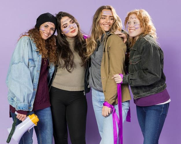 Jonge vrouwelijke activisten die samen protesteren
