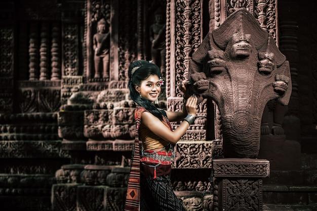 Jonge vrouwelijke actrice die prachtige oude kostuums draagt, in oude monumenten, dramatische stijl. voer het populaire verhaal van de legende uit, het thaise isan-volksverhaal genaamd