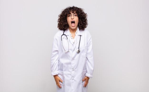 Jonge vrouwelijke arts die agressief schreeuwt?