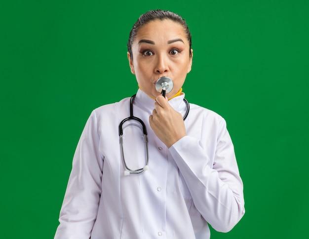 Jonge vrouwelijke arts die plezier heeft verrast