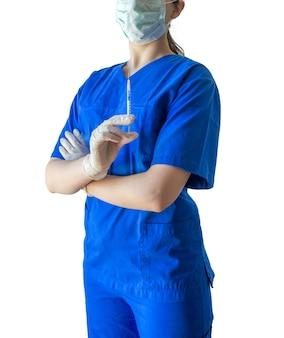 Jonge vrouwelijke arts in een medisch uniform en handschoenen die vol vertrouwen de spuit voor een injectie houden