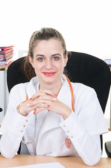 Jonge vrouwelijke arts in het kantoor