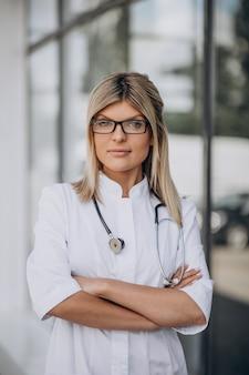 Jonge vrouwelijke arts in het ziekenhuisziekenwagen