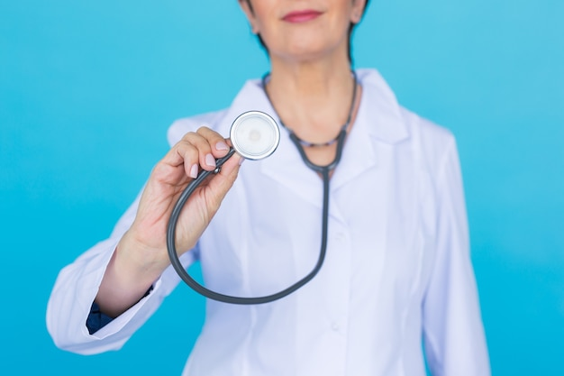 Jonge vrouwelijke arts met stethoscoop, close-up.