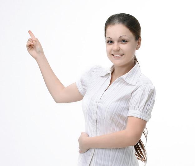 Jonge vrouwelijke assistent die op exemplaarruimte toont. geïsoleerd op wit