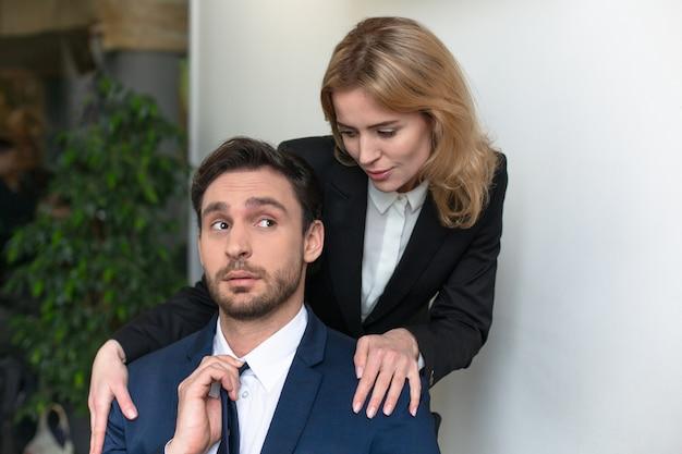 Jonge vrouwelijke baas verleidt mannelijke werknemer