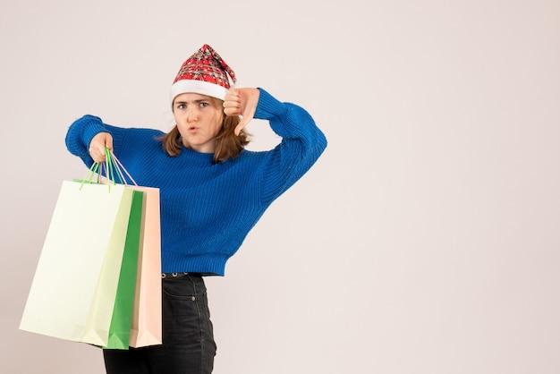 Jonge vrouwelijke bedrijf pakketten met cadeautjes op wit