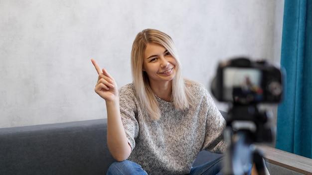 Jonge vrouwelijke blogger praat over zaken of neemt een lezing op