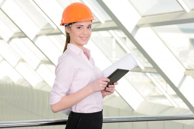 Jonge vrouwelijke bouwspecialist.