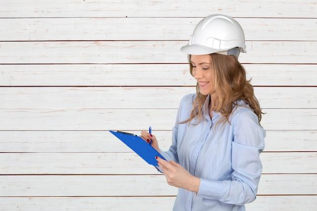 Jonge vrouwelijke bouwspecialist