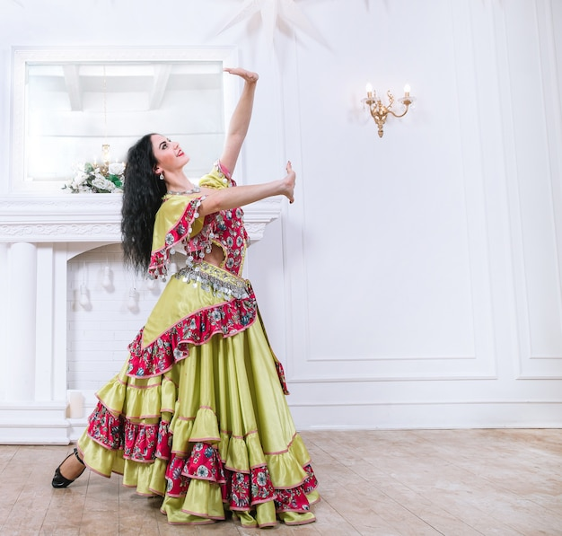 Jonge vrouwelijke danseres die zigeunerdans uitvoert op het podium. foto met een kopie van de spatie