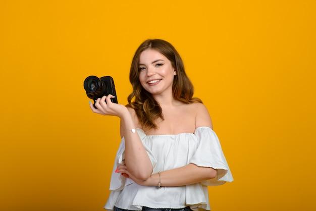Jonge vrouwelijke fotograaf met camera