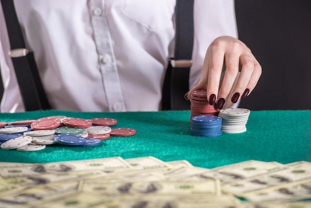 Jonge vrouwelijke gangster is poker spelen.