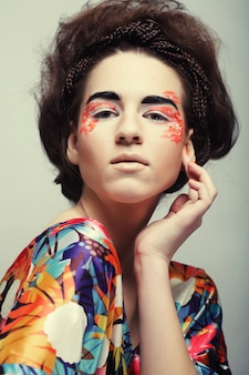 Jonge vrouwelijke gezicht met heldere mode veelkleurige make-up