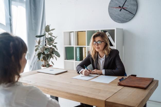 Jonge vrouwelijke kandidaat geïnterviewd door werkgever