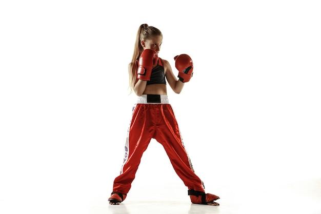 Jonge vrouwelijke kickboks vechter opleiding geïsoleerd op witte achtergrond