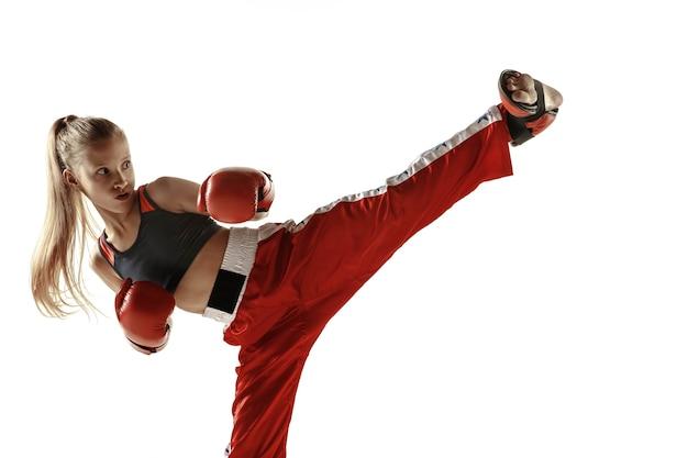 Jonge vrouwelijke kickboks vechter training op wit