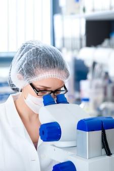 Jonge vrouwelijke microscopist