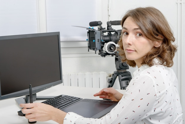 Jonge vrouwelijke ontwerper die grafisch tablet gebruiken