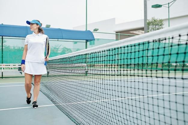 Jonge vrouwelijke outdoor tennisser