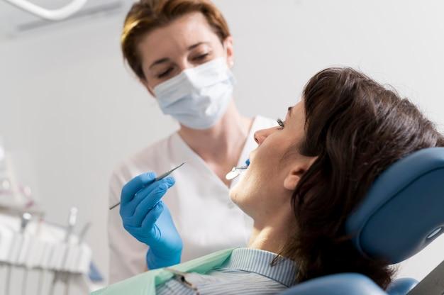Jonge vrouwelijke patiënt met tandheelkundige ingreep bij de orthodontist