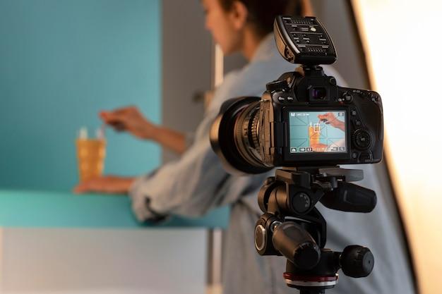 Jonge vrouwelijke productfotograaf in studio