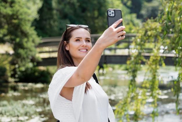 Jonge vrouwelijke reiziger die een selfie maakt