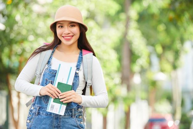 Jonge vrouwelijke reiziger