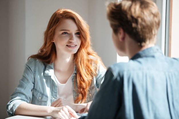 Jonge vrouwelijke student die haar vriend luistert