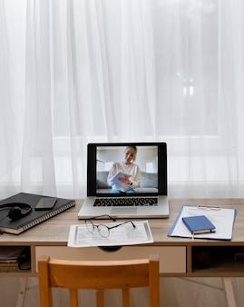 Jonge vrouwelijke student op de laptop van een leraar