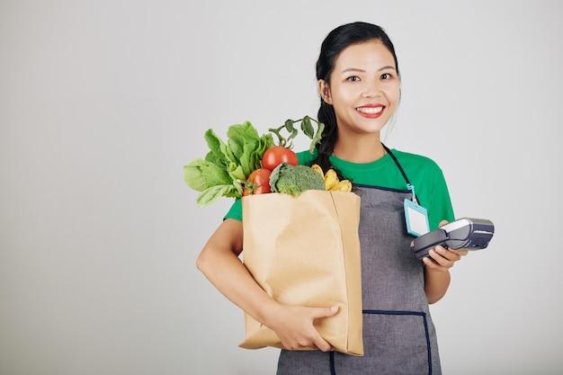 Jonge vrouwelijke supermarktmedewerker