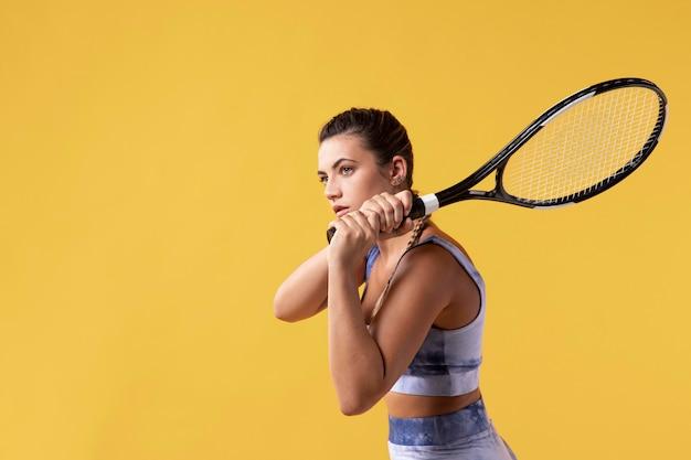 Jonge vrouwelijke tennisser met racket