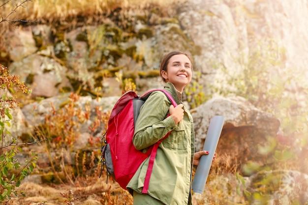 Jonge vrouwelijke toerist in de bergen