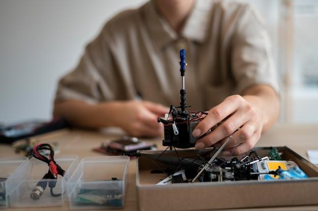 Jonge vrouwelijke uitvinder in haar atelier Gratis Foto