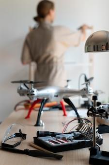 Jonge vrouwelijke uitvinder in haar atelier
