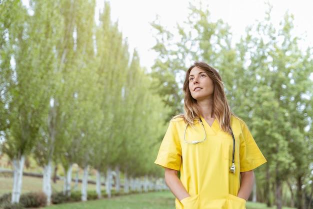 Jonge vrouwelijke verpleegster met peinzende lucht