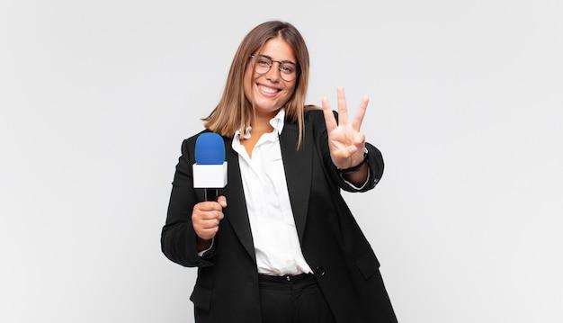 Jonge vrouwelijke verslaggever glimlacht en ziet er vriendelijk uit