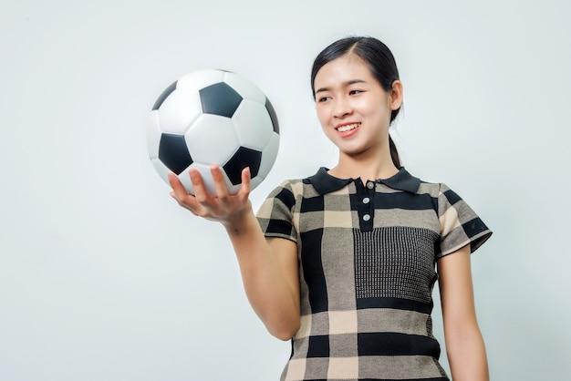 Jonge vrouwelijke voetbal fan gelukkig hand voetbal in de hand houden, gelukkig menselijke emoties concept.