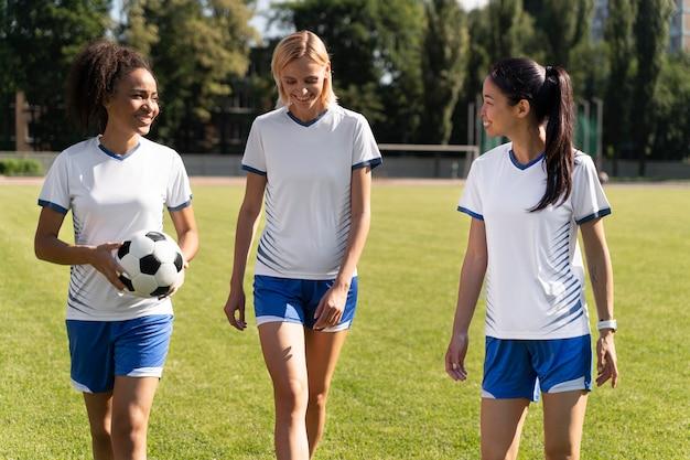Jonge vrouwen aan het voetballen