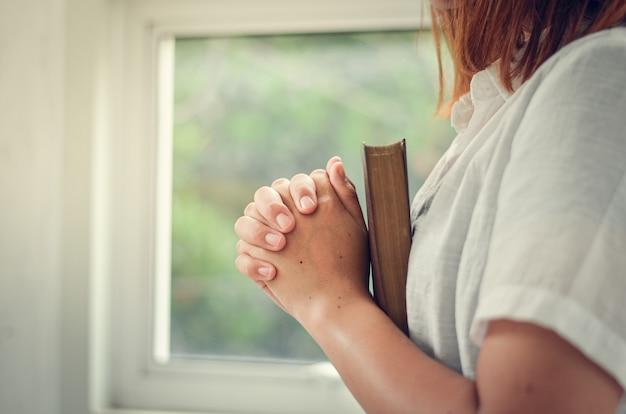 Jonge vrouwen bidden tot god, vrouwen bidden om godenzegeningen voor een beter leven. en geloof in de crisis van het christelijk leven