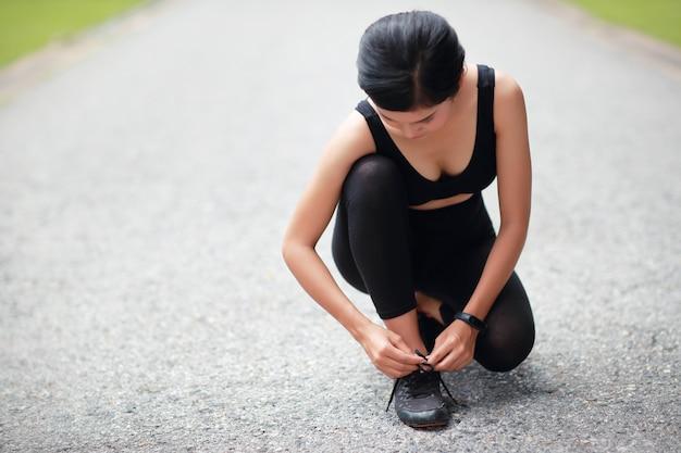 Jonge vrouwen bindende loopschoenen Premium Foto